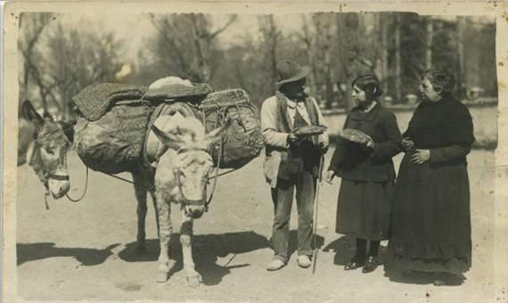 Panadero Manuel López Gómez haciendo su reparto en el Campo de los Mártires